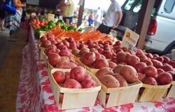 Pomme de terre-carottes et plus au marché du ` s d'agriculteur Images stock