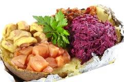 Pomme de terre cuite au four avec des salades sur le fond blanc Images libres de droits