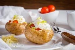 Pomme de terre cuite au four avec du fromage, la crème sure et le caviar rouge photo libre de droits