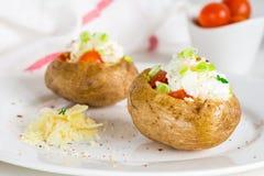 Pomme de terre cuite au four avec du fromage, le lard et la crème sure photographie stock
