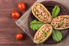 Pomme de terre cuite au four avec la saucisse photographie stock libre de droits