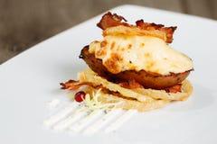Pomme de terre cuite au four chaude avec du fromage et le lard Image libre de droits