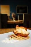Pomme de terre cuite au four chaude avec du fromage et le lard Images libres de droits