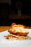 Pomme de terre cuite au four chaude avec du fromage et le lard Images stock