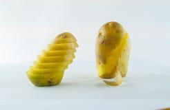 Pomme de terre de primeurs d'isolement sur la fin blanche de fond vers le haut Images libres de droits