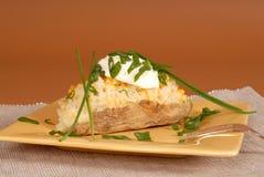 Pomme de terre deux fois cuite au four avec la ciboulette et la crème sure photos libres de droits