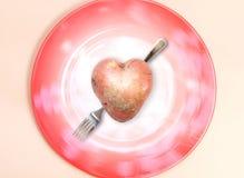 Pomme de terre drôle dans la forme de coeur Images stock
