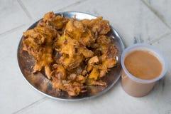 Pomme de terre et thé frits, casse-croûte local dans Leh, Inde Photos libres de droits