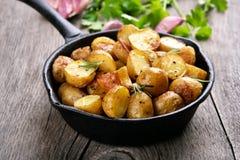 Pomme de terre frite dans la poêle Images libres de droits