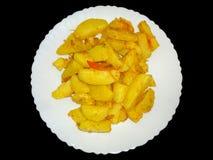 Pomme de terre frite sur une obscurité blanche de fond de plat images libres de droits
