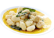 Pomme de terre Gnocchi avec du beurre sage image stock