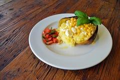 Pomme de terre grillée cuite au four avec bourrer le fromage et le maïs Photos libres de droits