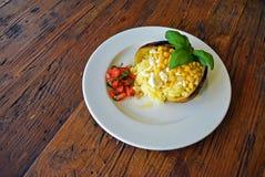 Pomme de terre grillée cuite au four avec bourrer le fromage et le maïs Image stock