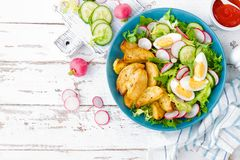 Pomme de terre, oeuf à la coque et salade cuits au four délicieux de légume frais de laitue, de concombre et de radis Menu d'été  images stock