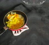 Pomme de terre-oeuf dans la casserole Photo libre de droits