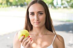 Pomme de vert de prise de femme Photo libre de droits