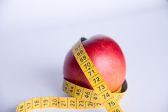 pomme et centimètre de couture de bande sur un fond blanc Image libre de droits
