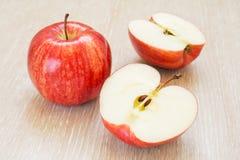 Pomme et demi rouges Images libres de droits
