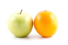 Pomme et orange vertes Image libre de droits