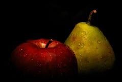 Pomme et poire humides images stock