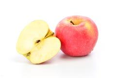 Pomme et tranche rouges sur un fond blanc Images stock