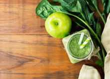 Pomme faite maison - smoothie vert d'épinards sur la table de cuisine en bois photo stock