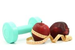 Pomme fraîche avec la bande de mesure et l'haltère Photo libre de droits