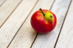 Pomme fraîche avec la déformation drôle photos libres de droits