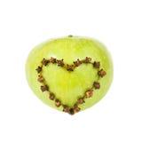 Pomme fraîche avec un en forme de coeur coupée Photographie stock