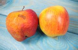 Pomme froissée et putréfiée sur le fond bleu Fin vers le haut Image libre de droits