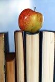 Pomme grunge de pile de livre d'éducation de photo d'effet Photographie stock libre de droits