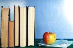 Pomme grunge de pile de livre d'éducation de photo d'effet Image libre de droits