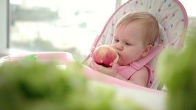 Pomme infantile de consommation Petit déjeuner de bébé avec le fruit frais Enfants de consommation en bonne santé banque de vidéos