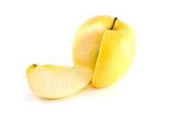 Pomme jaune avec la coupure de partie Photographie stock libre de droits
