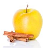 Pomme jaune mûre avec des bâtons de cannelle photographie stock