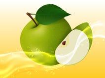 Pomme juteuse Delicious dans le jet du jus Image stock