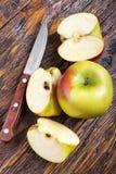 Pomme mûre coupée Images libres de droits