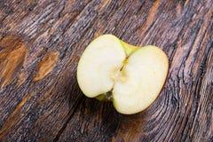 Pomme mûre coupée Photo stock