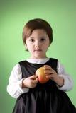 Pomme mignonne de fixation de petite fille Photo stock