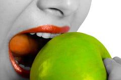 Pomme mordante de femme Images libres de droits