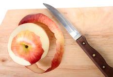 Pomme, peau et couteau rouges photo stock