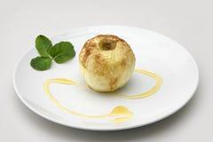 Pomme remplie par noix glacée cuite au four Photos stock