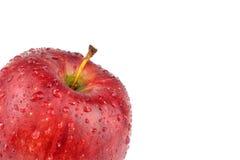 Pomme rouge avec des gouttelettes d'eau Images stock