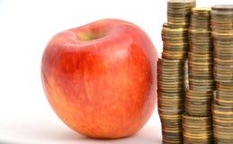 Pomme rouge avec des pièces de monnaie d'isolement sur le blanc Photo libre de droits