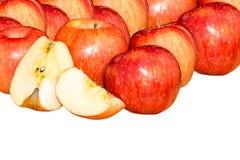 Pomme rouge avec des tranches de feuille et de pomme d'isolement sur un fond blanc Photographie stock libre de droits
