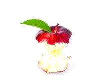 Pomme rouge avec la feuille et les disparus verts une morsure Photographie stock libre de droits