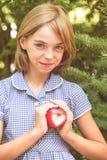 Pomme rouge avec la forme de coeur Photos libres de droits