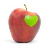 Pomme rouge avec un symbole de coeur Photographie stock