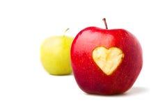 Pomme rouge avec un symbole de coeur Images stock