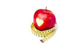 Pomme rouge avec un symbole de coeur Photos stock
